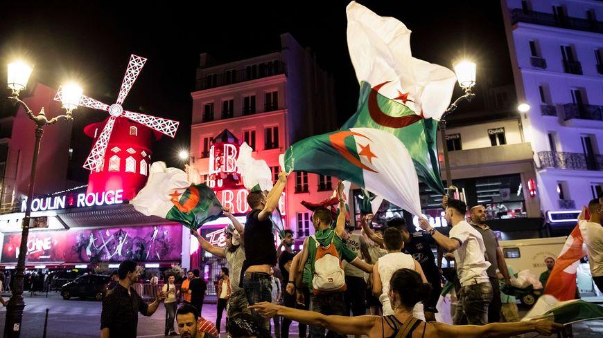 Dès le coup de siffet final les supporters de l'Algérie ont envahi les rues, ici à Pigalle