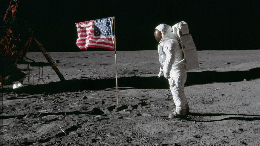 L'astronaute Edwin Aldrin Jr. a posé pour une photo à côté du drapeau déployé des États-Unis lors de la mission Apollo 11
