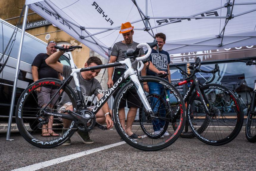 Des cyclistes amateurs devant le magasin de cycles de Matthieu Converset, ancien cycliste qui courrait adolescent avec Thibaut Pinot.