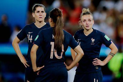 Charlotte Bilbault (à gauche), Amel Majri (au centre) et Marion Torrent (à droite) après la défaite des bleues en quart de finale de la Coupe du Monde 2019 face aux USA