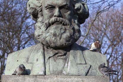 Statue de Marc à Kaliningrad. On est loin de la lutte des classes entre officiers et commissaires, mais les marxistes apprendront longtemps le combat politique dans les Provinciales.