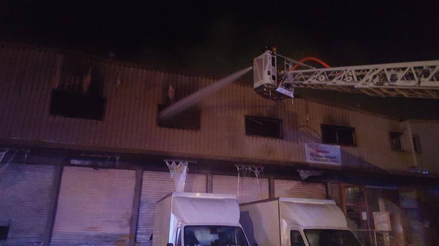 L'incendie concerne 2000 m2 du bâtiment
