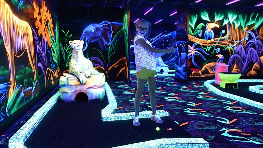 Un Mini Golf  d'intérieur fluorescent