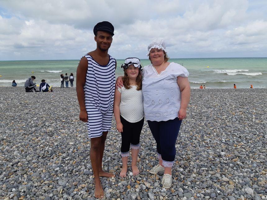Raphaël accompagné de sa mère et de sa cousine