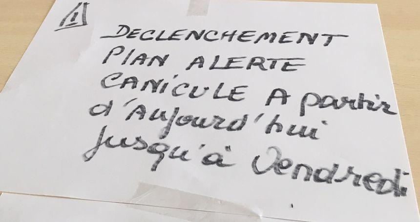 L'écriteau a été posé sur une des tables du CCAS de Belfort