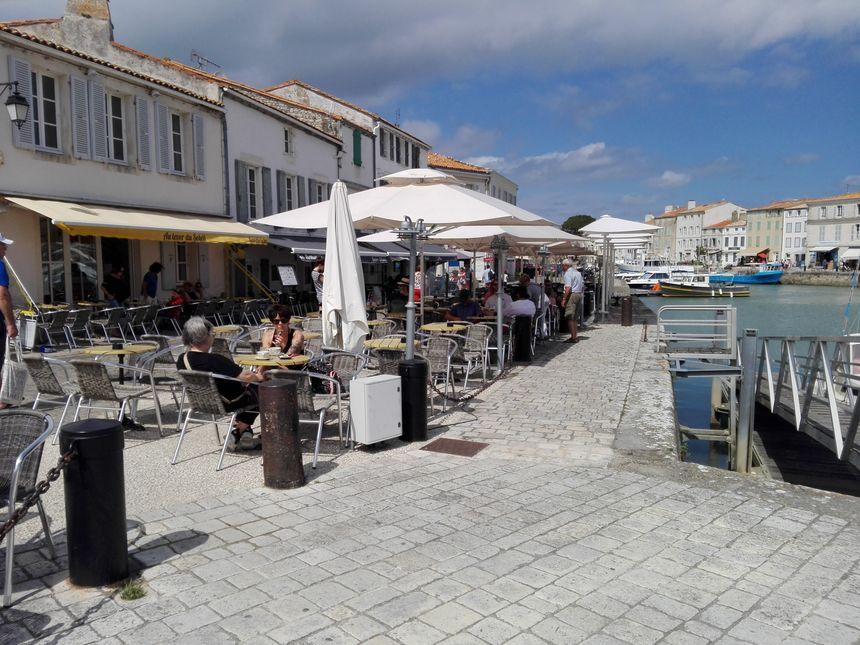 Beaucoup de places libres en terrasse en plein après midi sur le pont de Saint-Martin-de-Ré