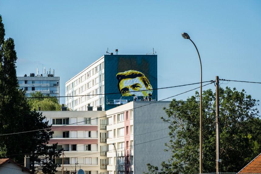 Street Art fresque Brel à Vesoul, une fresque réalisée par l'artiste Pink Art Roz. Elle est visible depuis la RN19 Paris Belfort, 28 m de haut sur 12 de large