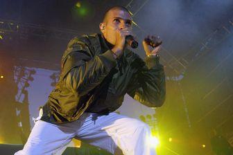 Le chanteur et leader du groupe IAM, Akhenaton, se produit sur la scène des Francofolies de la Rochelle, le 15 juillet 2004.