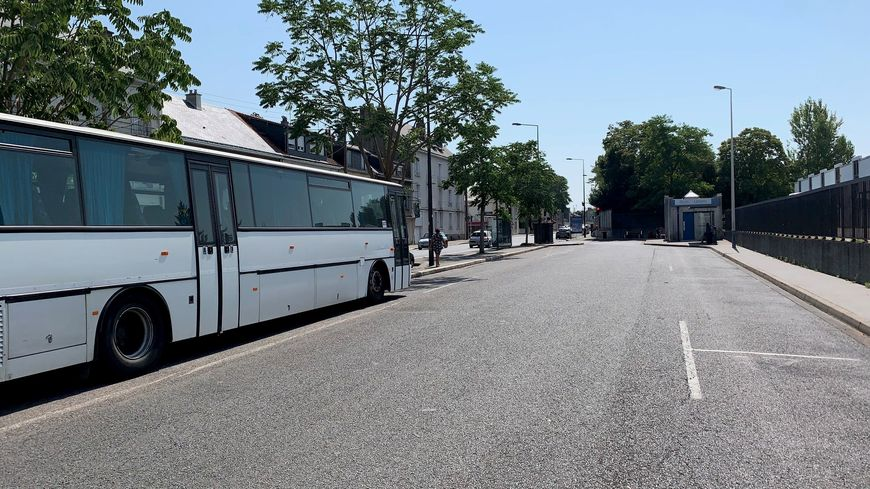 "Un parking en plein soleil, sans toilettes : bienvenue sur le parking des ""bus Macron"" à Tours"