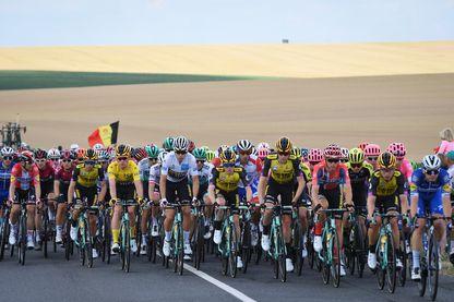 Un peloton durant la troisième étape entre Epernay et Binche