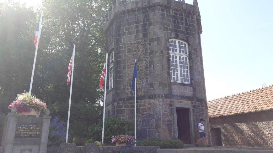 La Tour Jean-Jacques est située juste en face de l'église de Flamanville