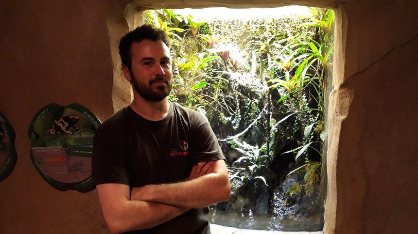 Nicolas soigneur en charge des poissons, insectes et des reptiles à Biotropica à Val-de-Reuil (27)
