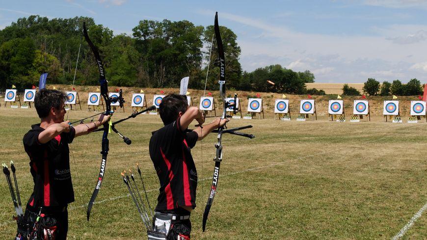 Les archers des équipes régionales s'entraînent au tir avant de reprendre la compétition.