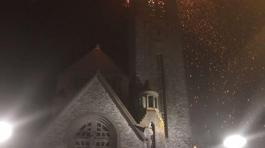 Le clocher de l'Église Sainte-Thérèse à Rennes lors de l'incendie de la nuit du 31 juillet 2018.