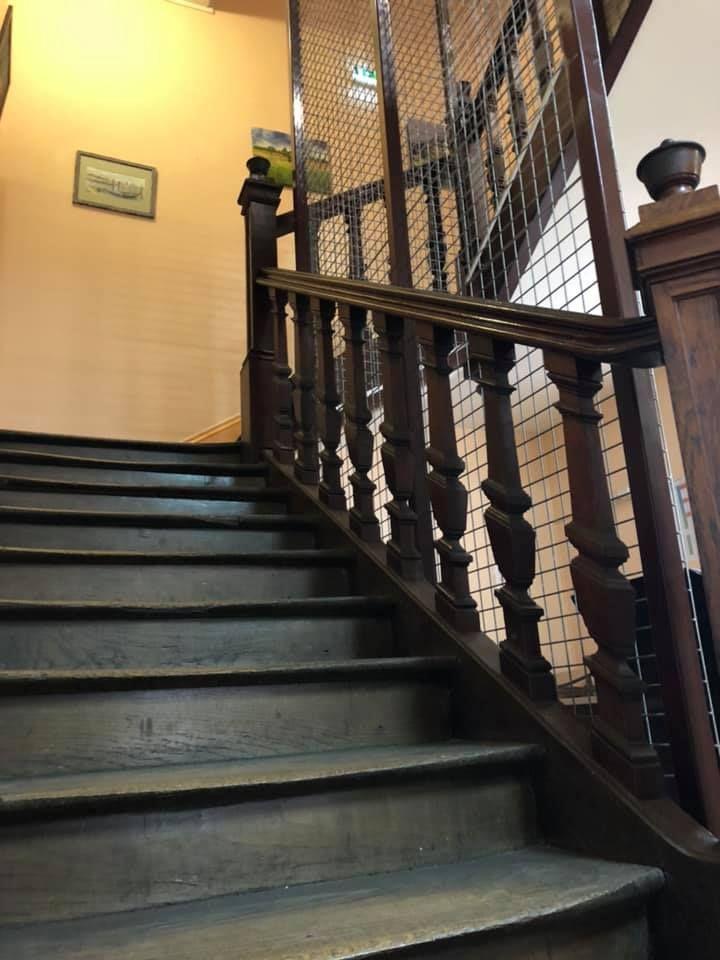 Le seul escalier du commissariat. - Aucun(e)