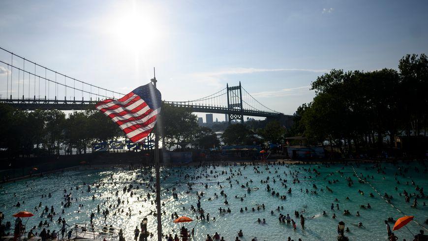 Les habitants du Queens, à New-York, se rafraîchissent à l'Astoria Pool.