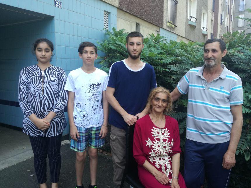 La famille Deli, en bas de son appartement à Allonnes