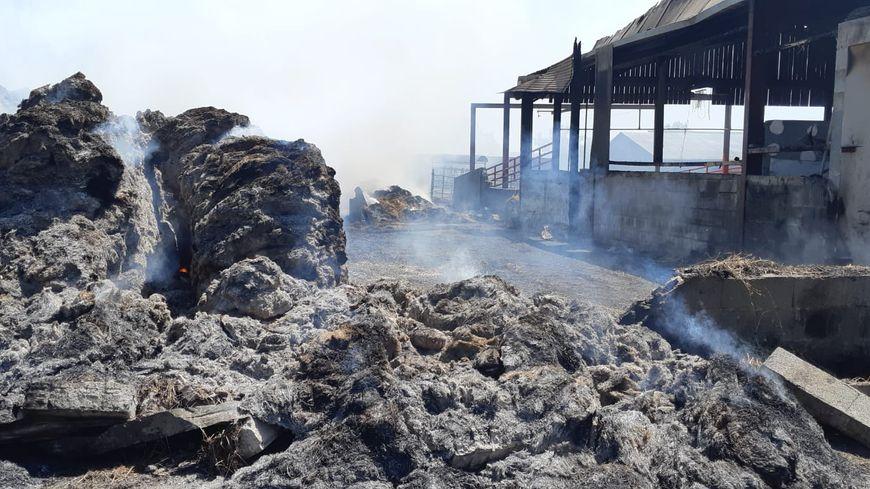 Près de 180 tonnes de fourrage ont brûlé dans la nuit de dimanche à lundi.