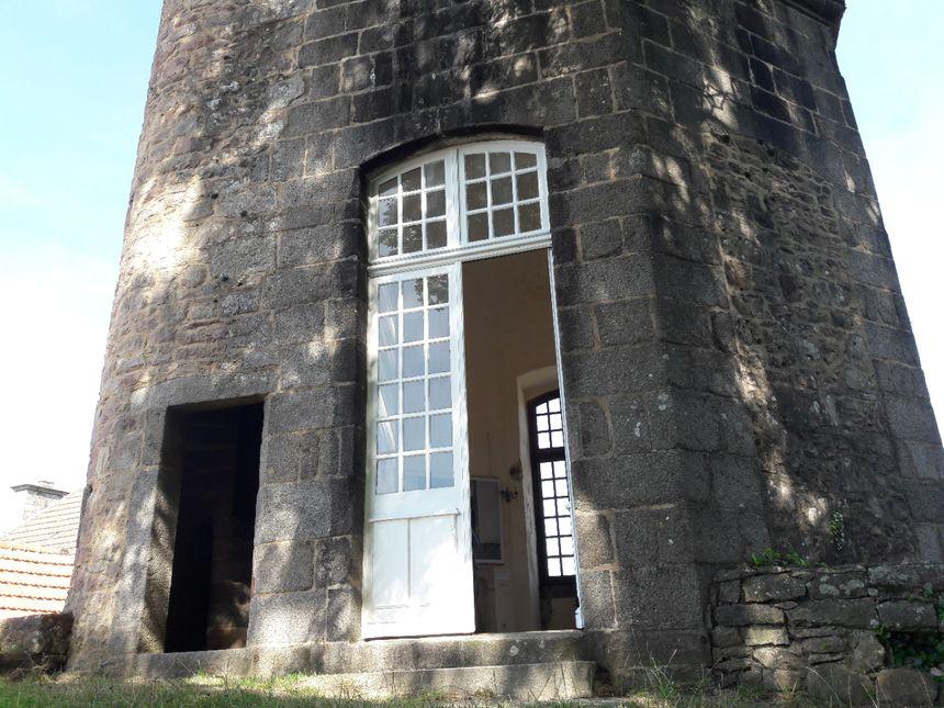 La tour dispose d'un pavillon très lumineux avec de grandes fenêtres