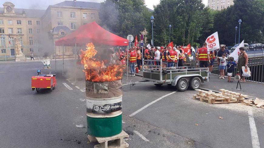 Une cinquantaine de pompiers manifestent devant la préfecture des Ardennes