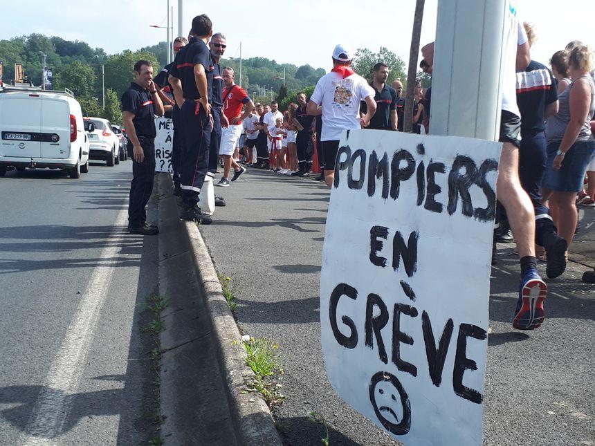 Les pompiers en grève applaudissent les courueurs de la Foulée