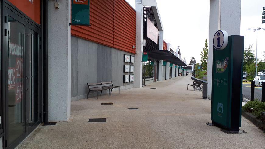 Avec les travaux sur le rond point voisin, les allées sont désertées au Family Village au nord de Limoges