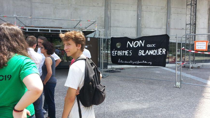 Enseignants et correcteurs du baccalauréat manifestent devant le rectorat de Dijon