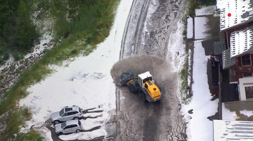La route que devait emprunter les coureurs était totalement impraticable au niveau de Val d'Isère, à quelques kilomètres de l'arrivée.