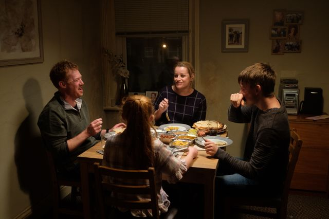 """Repas familial dans """"Sorry We Missed You"""" avec Ricky, Abby et leurs deux enfants Seb et Liza Jane"""