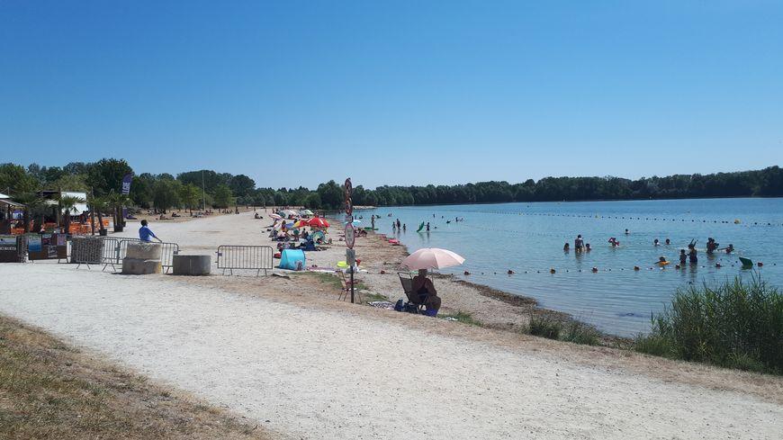 La base de loisirs d'Arc-sur-Tille est ouverte tous les jours et propose une baignade surveillée l'après-midi.