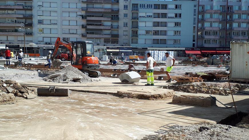 Sur le chantier de la place de la république à Limoges on travaille très tôt pour échapper à la chaleur