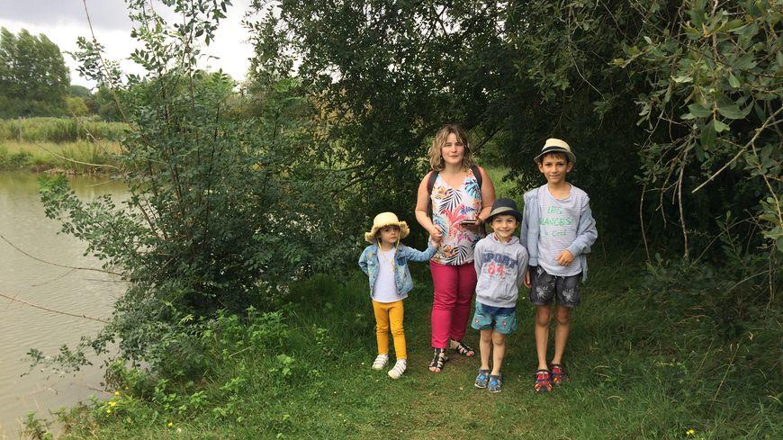 Victoria, Elodie, Maximilien et Mathias en plein Géocaching à Payré.