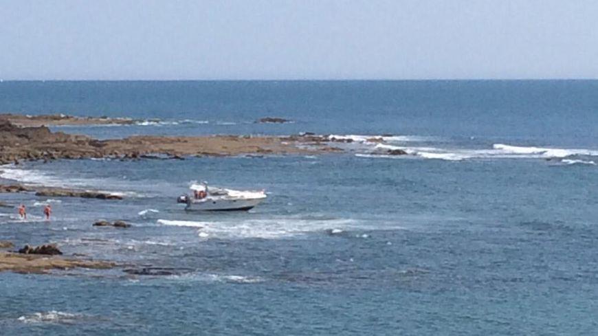 Le bateau de plaisance échoué sur les rochers dans la baie de Cayola, lundi 22 juillet.