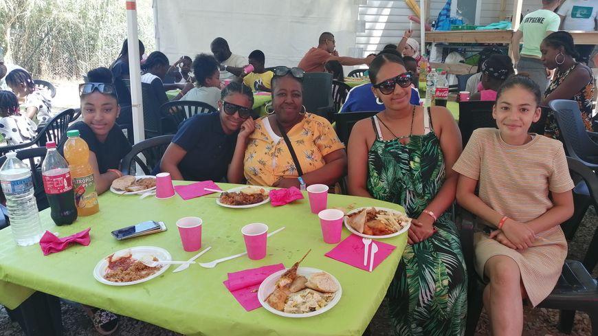 Yamina, au centre, accompagnée de ses deux filles et ses deux nièces, au camping le Roucan West