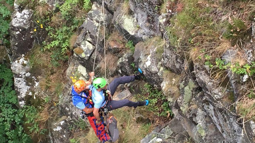 Une opération de sauvetage. A gauche, le randonneur blessé, à droite le secouriste, qui remonte à l'aide d'une corde.