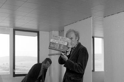 """Eric Rohmer sur le tournage de son émission """"Ville nouvelle : le logement à la demande"""" , 1974"""