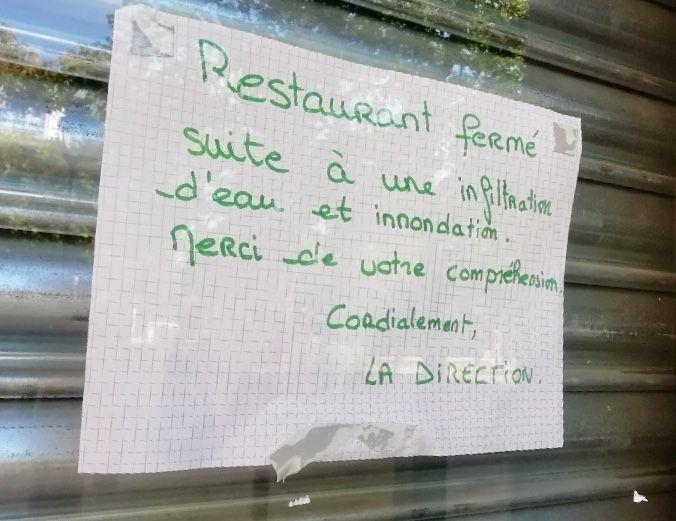 Une affichette a été posée dans la vitrine de Donleo
