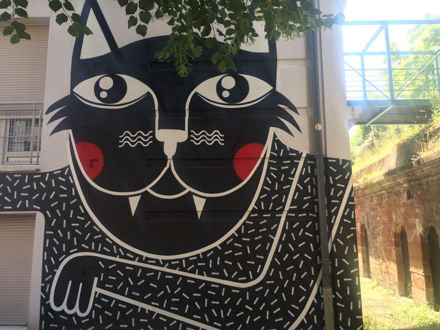 Un gigantesque chat à l'entrée