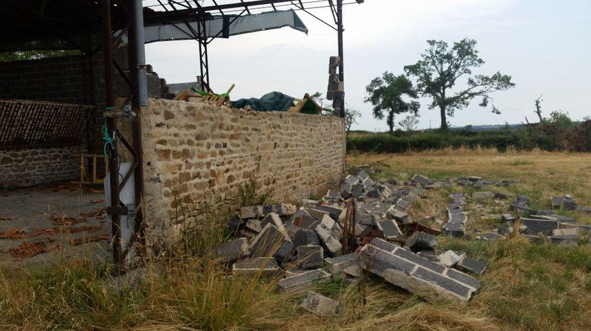 Ici, le mur est tombé à cause du vent