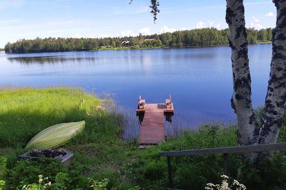 Un ponton, une rivière, la forêt, un bateau... voire le sauna. Le kit du bonheur à la finlandaise
