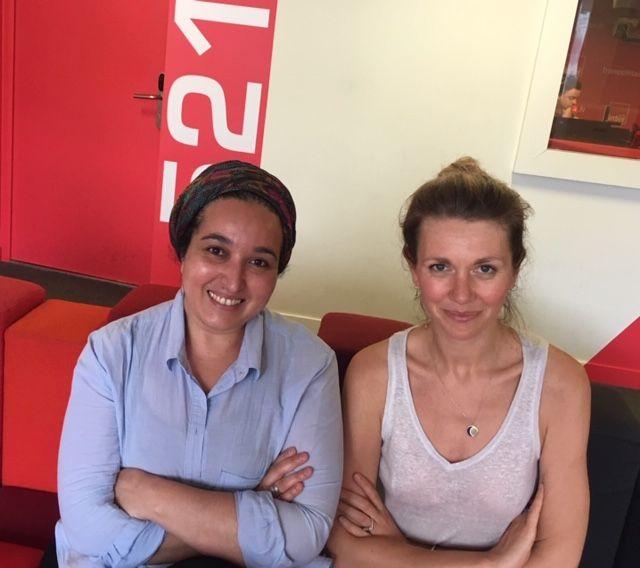 Hanane Karimi, sociologue, et militante pour un féminisme musulman et et Lauren Bastide, journaliste dans le studio de France Inter.