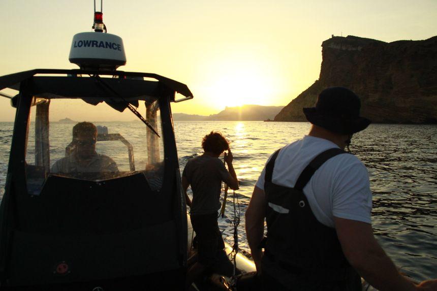 L'équipage s'apprête à jeter les bouées enregistreuses à l'eau