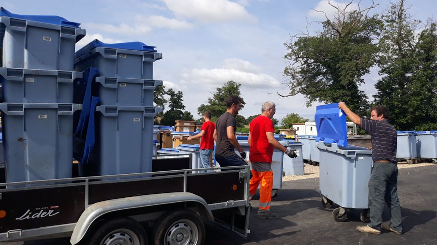 Un, deux, et parfois 9 anciens bacs à ordures attachés dans des remorques