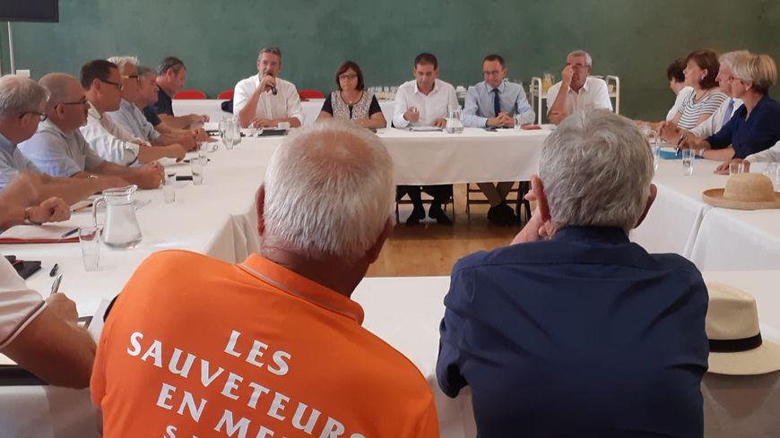 Les sauveteurs de la SNSM, en face des sénateurs Corinne Féret et Didier Mandelli, le 22 juillet.