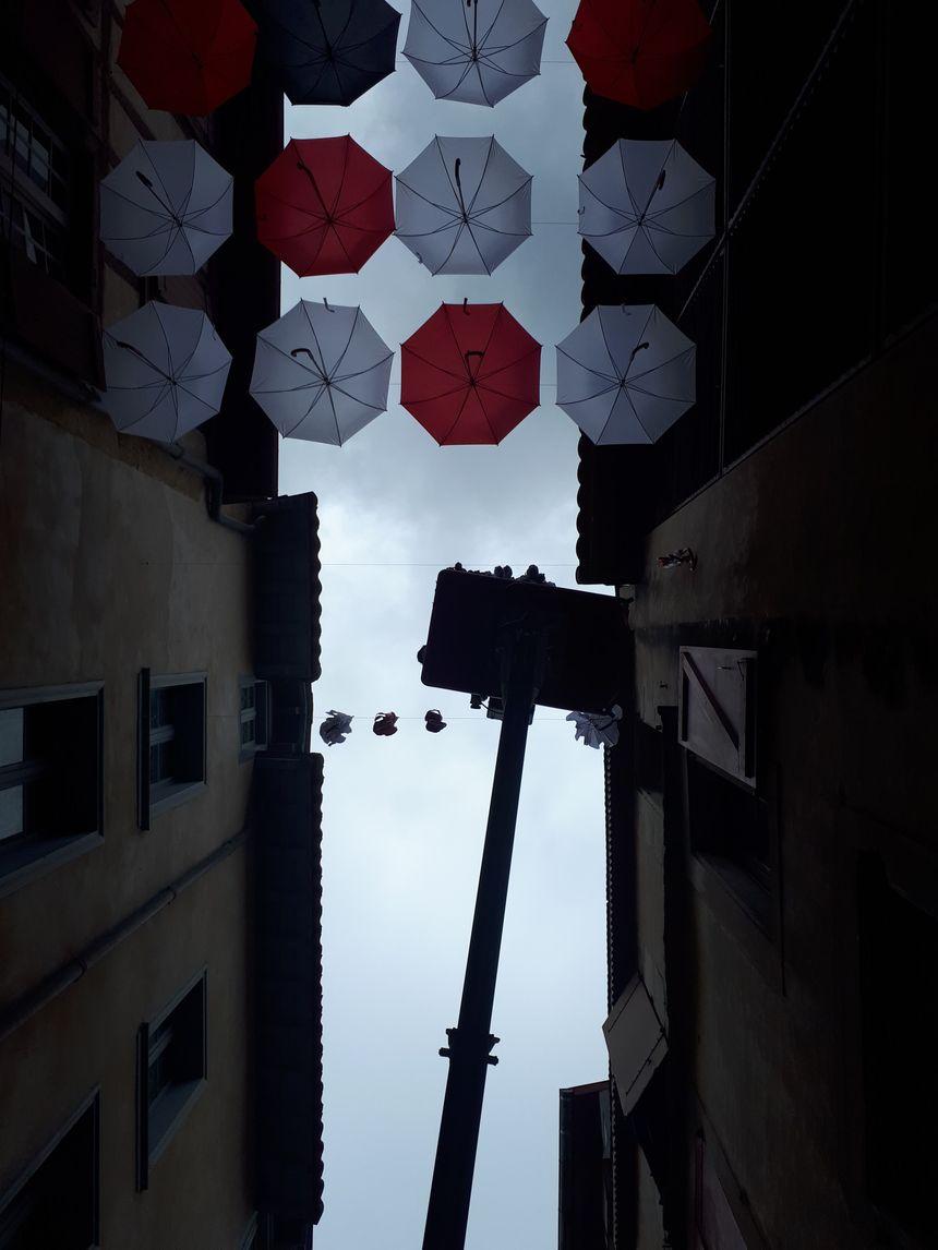 """""""C'est long, mais quand on voit que les gens prennent des photos et apprécient la déco de la rue, ça vaut le coup"""", explique Benoît, après avoir passé sa journée à suspendre des parapluies."""