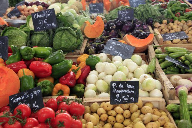 Etal de légumes au marché