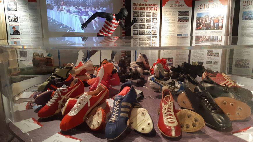 Parmi les pièces exposées, des chaussures d'athlétisme des dernières décennies... et du siècle dernier.