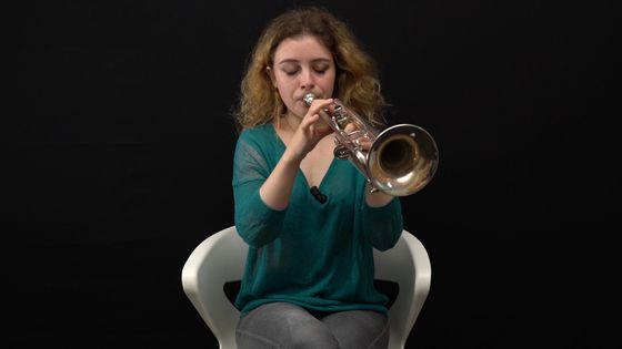 La trompettiste Lucienne Renaudin Vary jouant de son intrument