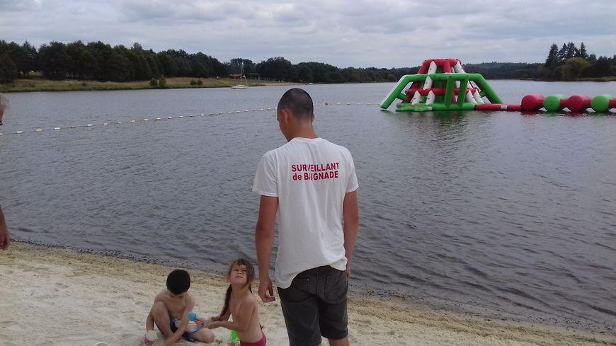 Sur la plage de la Guerlie, au lac de Lavaud, les enfants ne sont plus privés de baignade