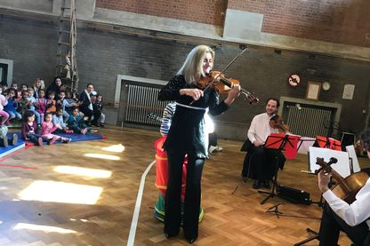 Kela Canka joue de l'alto dans une école